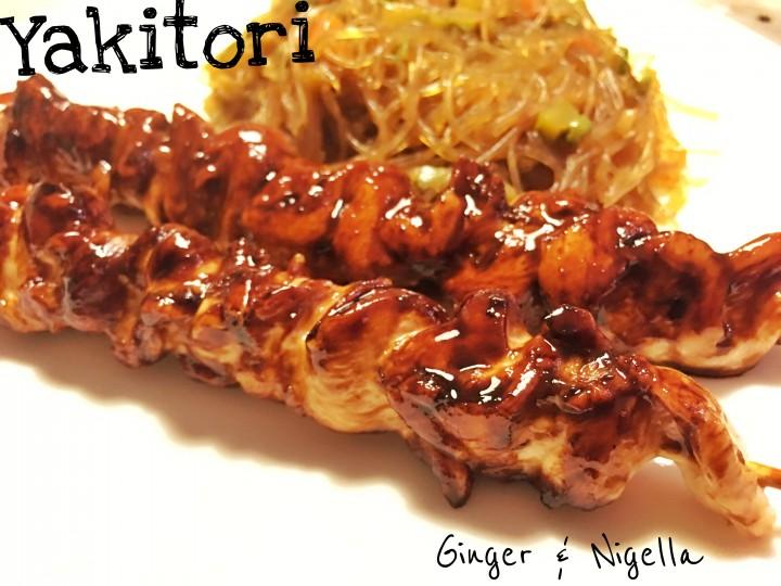Yakitori: sfiziosi spiedini di pollo glassati, accompagnati da spaghetti di soia con verdure croccanti.