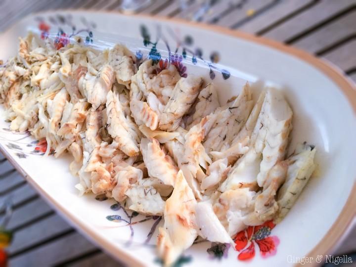 antipasto, branzino, capperi di Pantelleria, cucina italiana, datterini, erbe aromatiche, Insalata di branzino tiepida alla Mediterranea, insalata di pesce, insalata estiva, insalata tiepida, Mediterraneo, mirto, olive tacchiasche, pesce, piatto di pesce, secondo piatto