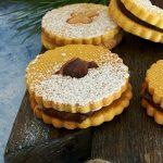 Biscotti di Natale con pasta sablée alle mandorle e un goloso ripieno al cioccolato