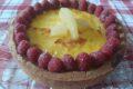 Crostata con crema, ananas e lamponi