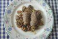 Involtini di vitello con zucchine grigliate e provola affumicata, su funghi misti