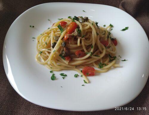 Spaghetti con alici, capperi e pomodorini