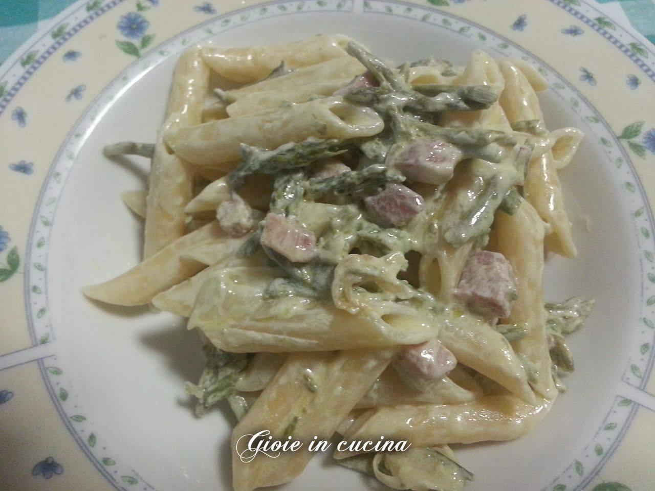Pasta con pancetta, asparagi e panna