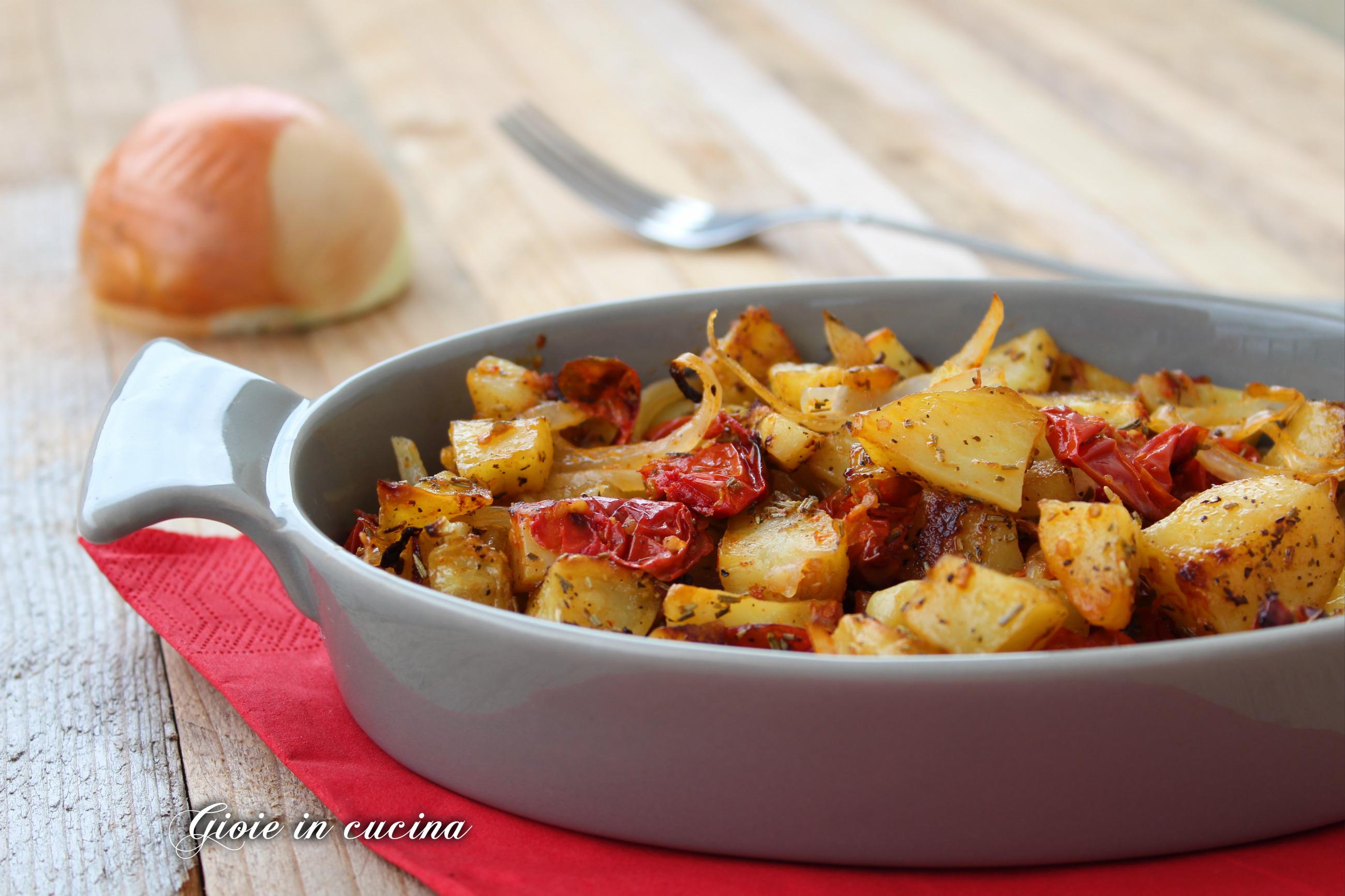 Patate al forno con pomodorini e cipolle gioie in cucina - Forno e microonde insieme ...