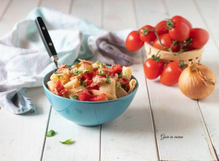 Pasta fredda con tonno, pomodorini e cipolla