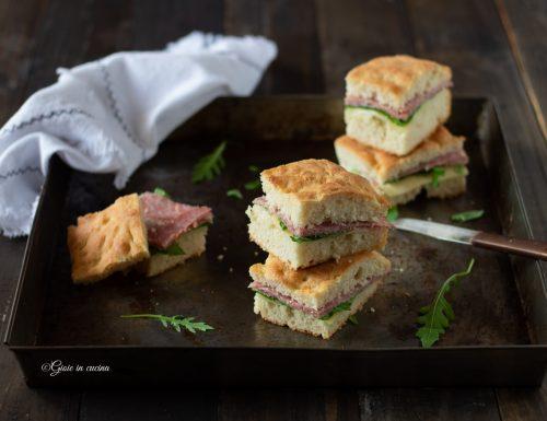 Focaccia con salame, rucola e formaggio