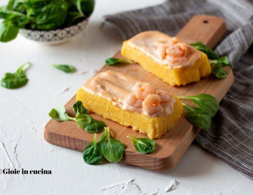 Crostini di polenta con salsa rosa e gamberetti
