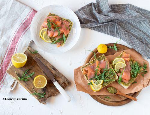 Toast con salmone e pesto di rucola