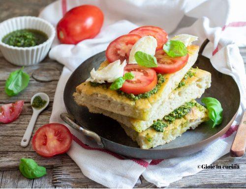 Focaccia con pesto, pomodori e mozzarella