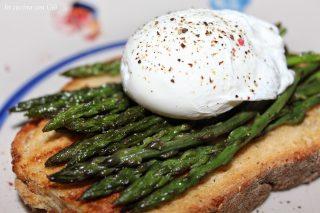 Uovo in camicia su asparagi selvatici