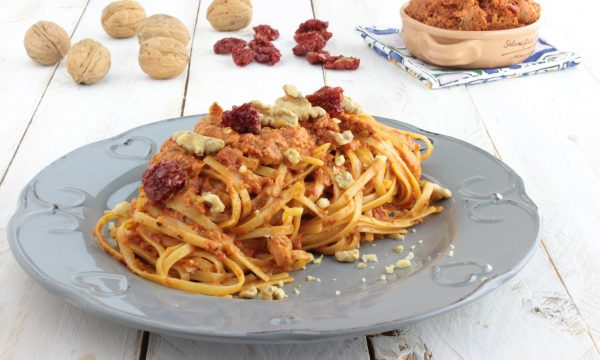 Fettuccine al pesto di pomodorini secchi e noci.