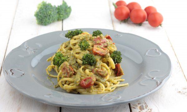Fettuccine con crema di broccoli e pomodorini