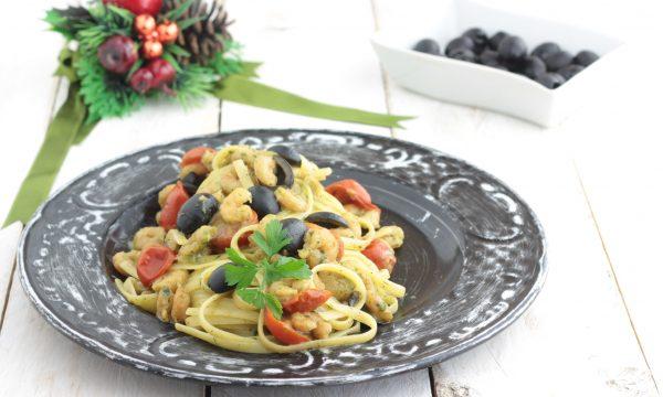 Fettuccine con gamberetti, olive e pomodorino