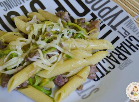 Pasta zucchine e salsiccia, ricetta veloce.