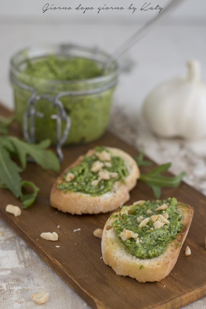 Facciamo partire il mixer e dopo qualche secondo versiamo a filo l'olio extra vergine di oliva. Fresco, veloce, buonissimo il pesto di rucola è un ottimo condimento per la pasta che ci piace di più!