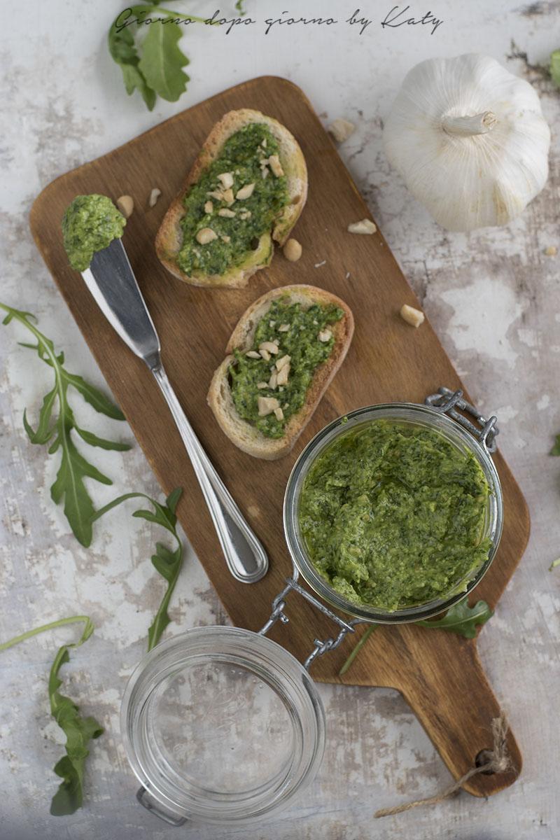 Pesto di rucola condimento fresco e saporito per crostini o primi piatti. Procedimento con e senza Bimby