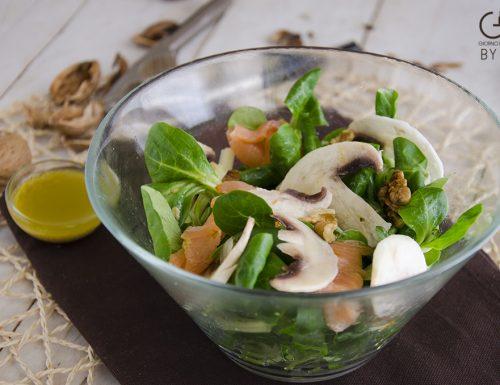 Insalata di songino con salmone, funghi e noci