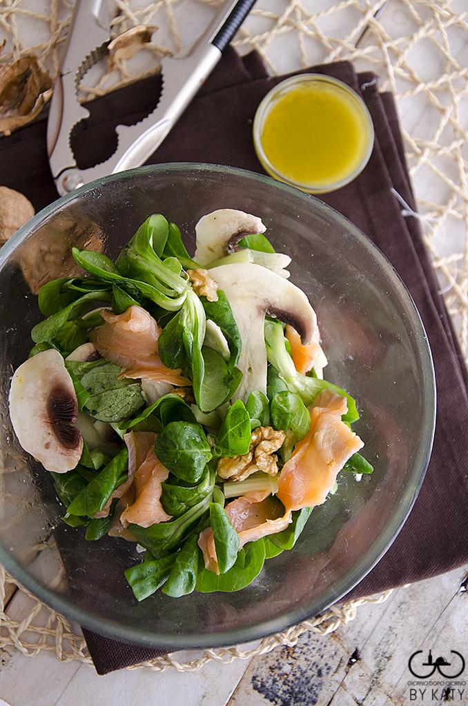 Insalata di songino con salmone funghi e noci for Songino valeriana