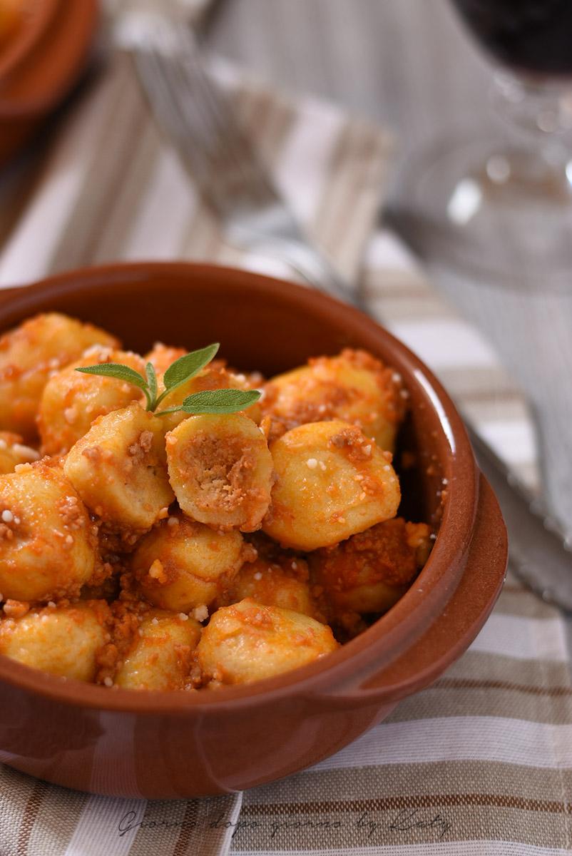 gnocchi ripieni alla marchigiana ricetta tipica tradizionale primo piatto