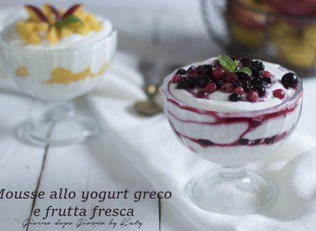 Mousse con yogurt greco e frutta fresca