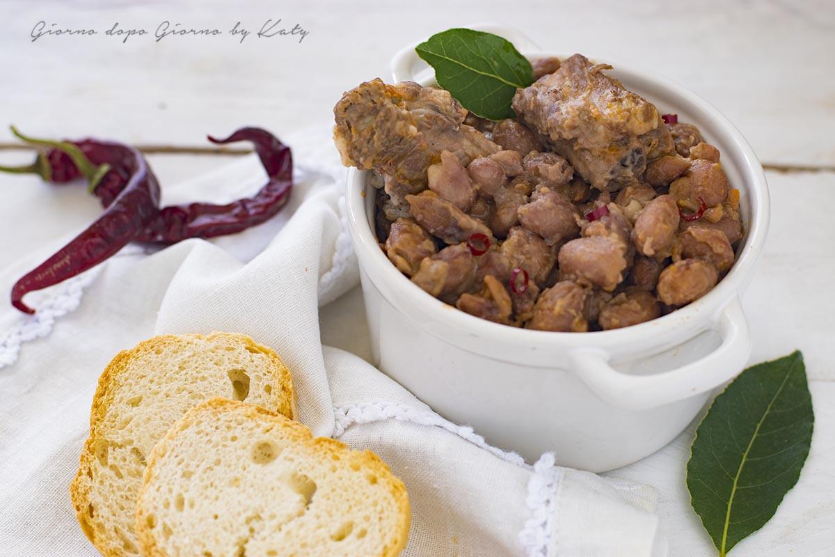 Costine di maiale con fagioli, ricetta marchigiana.