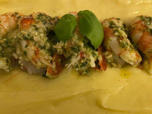 Gamberoni al basilico su crema di patate