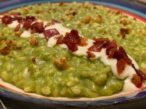 Risotto con crema di broccoli, speck, mollica di pane e fonduta di taleggio