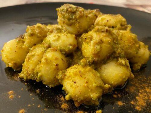 Gnocchi con pesto di pistacchio e liquirizia