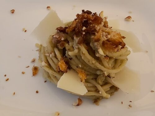Spaghetti con crema di broccoli, mollica di pane piccante, mandorle e grana.