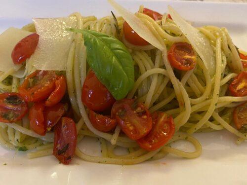 Spaghetti con pesto di rucola, pomodorini confit e grana