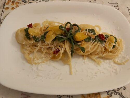 Spaghetti con luppolo, pomodorino giallo e pecorino