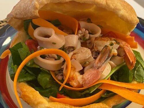 Insalata con calamari e gamberi in uno scrigno di pasta sfoglia
