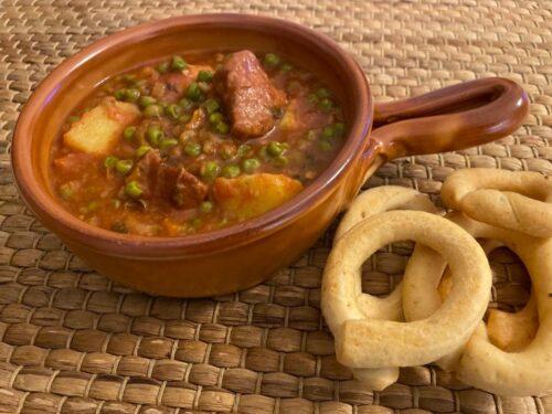 Spezzatino con patate e piselli al pomodoro