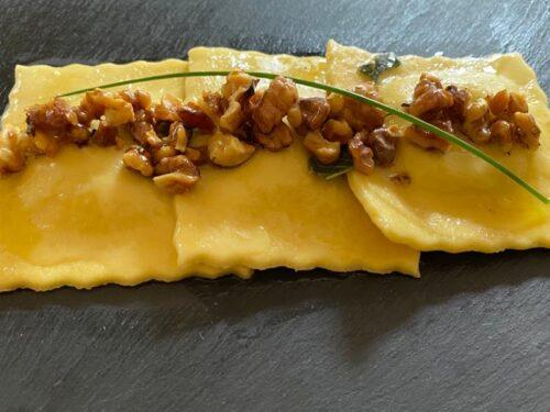 Ravioli ripieni di zucca con noci ed erba cipollina