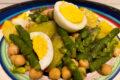 Insalata di asparagi, patate, uova e ceci