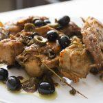 Coniglio nel wok con capperi e olive