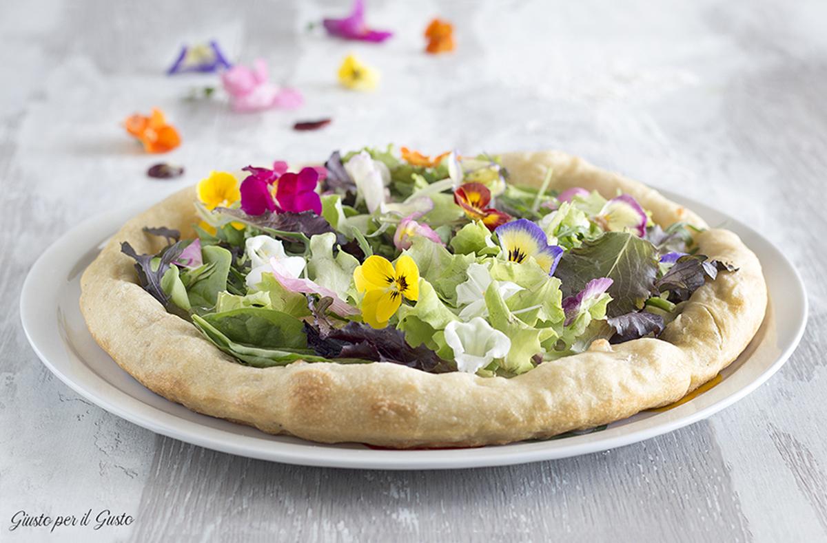 Pizza fiori eduli e fiordilatte