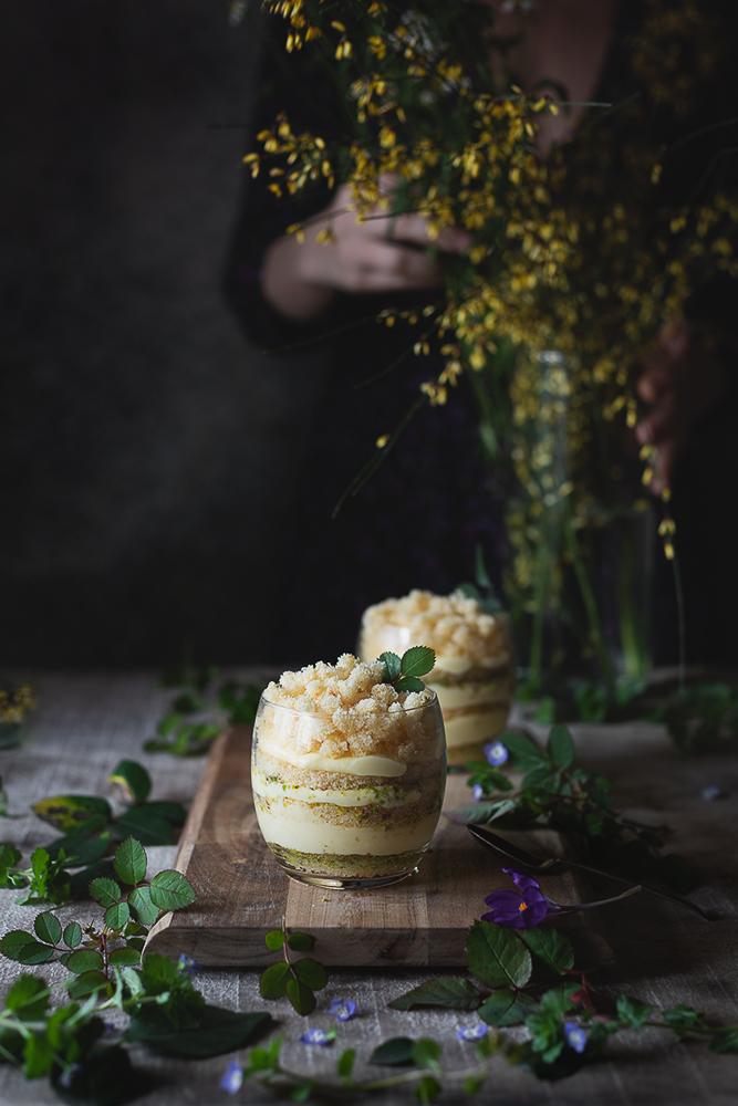 torta mimosa in tazza con pistacchi