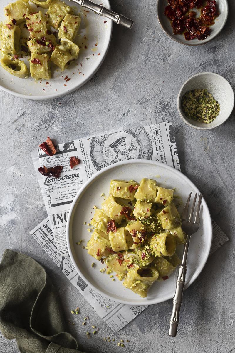 Pasta caciocavallo fuso, pesto e peperoni cruschi