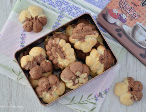 Biscotti vaniglia e cacao con la sparabiscotti