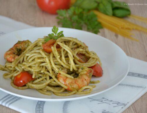 Spaghetti con pesto e gamberi