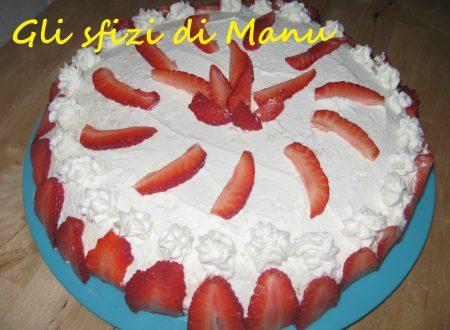 Torta con crema chantilly alla cannella, panna e fragole
