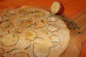 focaccia di farina integrale e farro con patate rosse e rosmarino