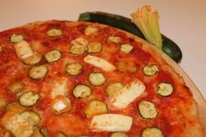 Pizza integrale con zucchine e brie