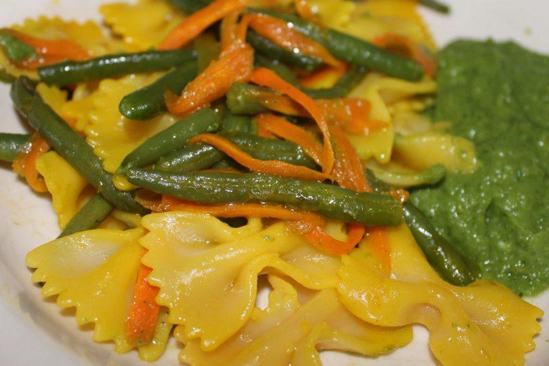 Farfalle allo zafferano con verdure croccanti e crema di fagiolini al basilico