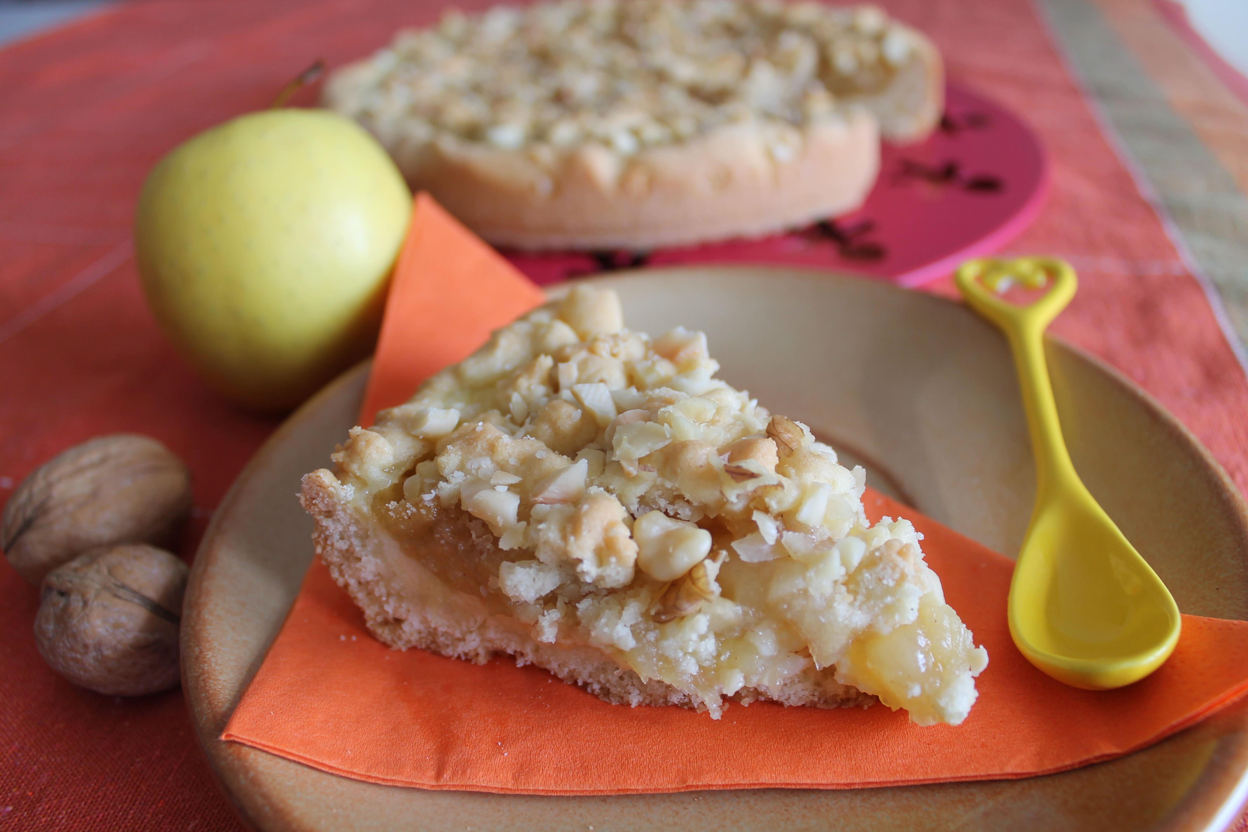 sbriciolata con crema, mele e frutta secca
