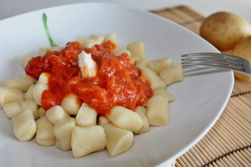 Gnocchi di patate senza glutine con pomodori sott'olio e sugo alla ricotta forte