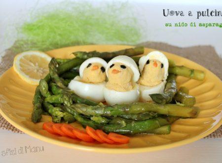 Uova a pulcino su nido di asparagi