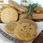 Biscotti salati alle olive e rosmarino, degli snacks saporiti da sgranocchiare per merenda o da presentare in un aperitivo. Senza burro e indicati anche per chi soffre di intolleranza al lattosio.