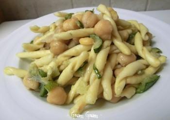 strozzapreti con ceci e zucchine